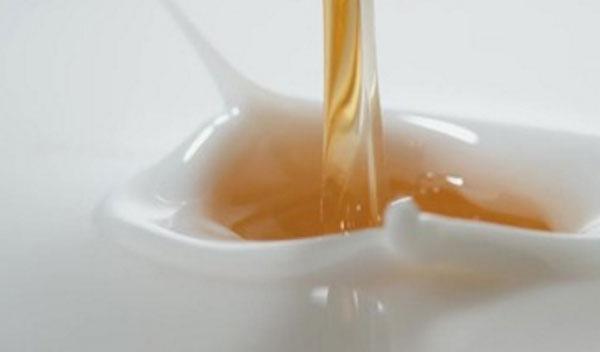 Масло вливают в молоко