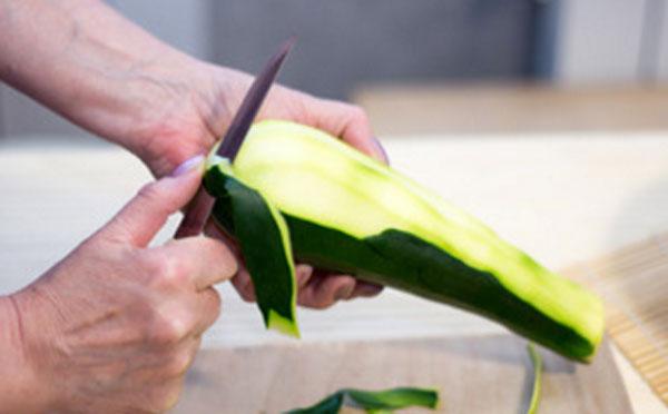 Снятие кожуры с кабачка