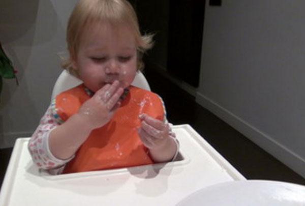 Ребенок ест индюшатину