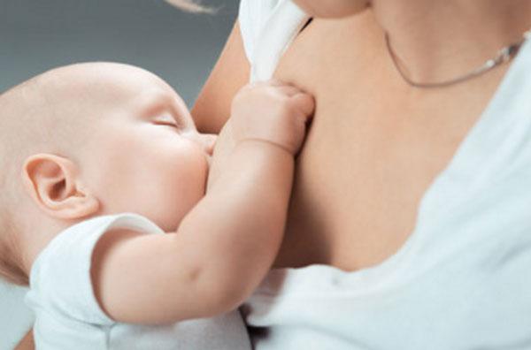 Ребенок сосет грудь