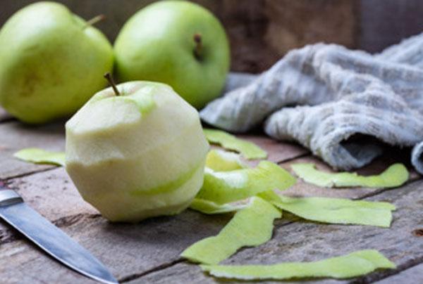 С яблока снимают кожуру