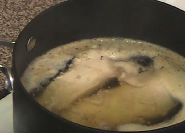 Филе варится в кастрюле