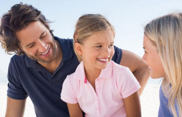 Мама и папа что-то рассказывают дочке