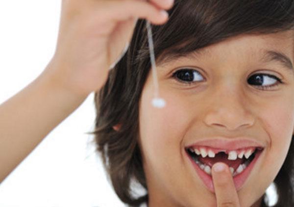 Как вырвать шатающийся молочный зуб