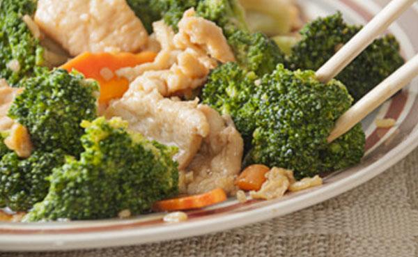 Мясо, брокколи и морковь - отварные