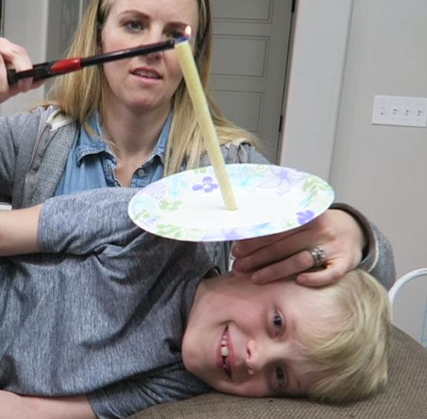 Мальчику вставили в ухо свечку. Мама ее поджигает