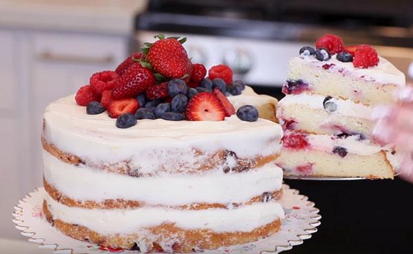 Готовый торт с отрезанным кусочком