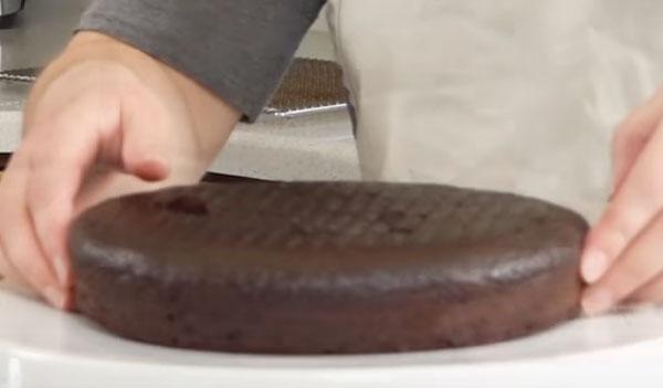 Испеченный коричневый корж