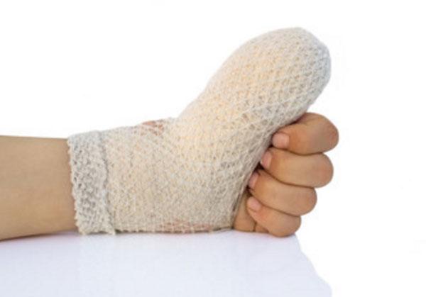 Детская рука. Забинтован большой палец