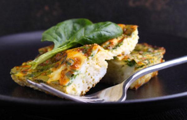 Омлет, посыпанный зеленью и сыром