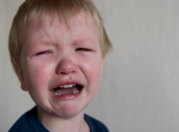 У мальчика красное лицо, он сильно плачет