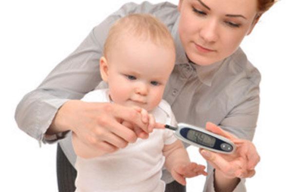 У маленького ребенка берут кровь из пальчика на определение уровня глюкозы