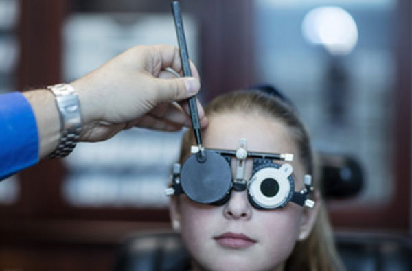 Девочке проверяют зрение