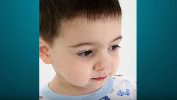 Мальчик с синяками под глазами
