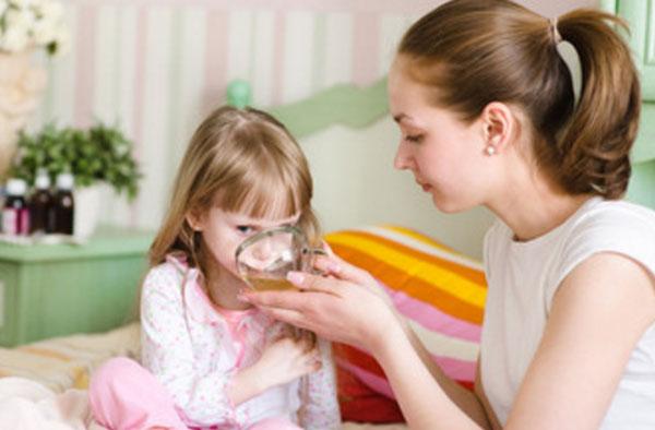 Мама поит дочку чаем