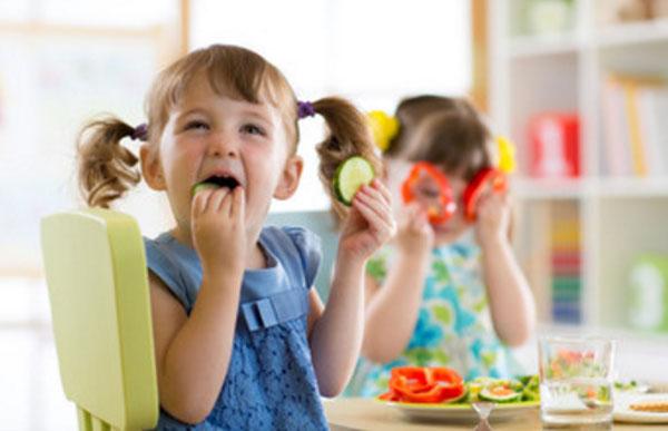Девочки едят болгарский перец