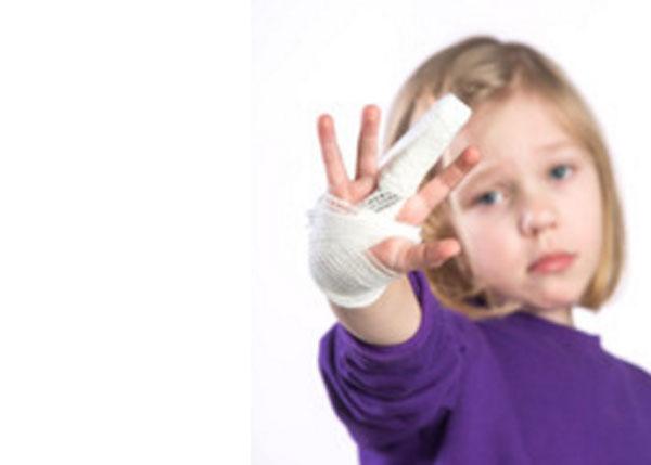 Девочка с забинтованной кистью и загипсованным средним пальцем