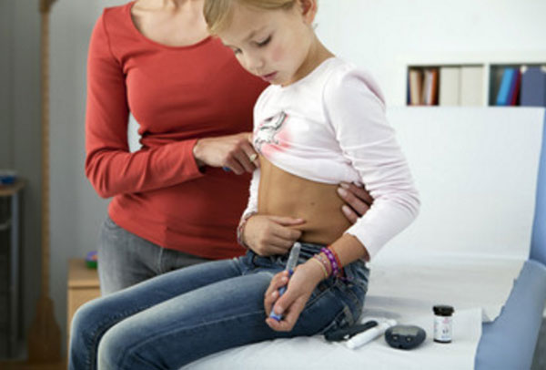 Девочка вводит себе инсулин