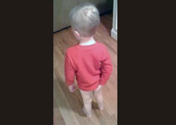 Ребенок чешет попу