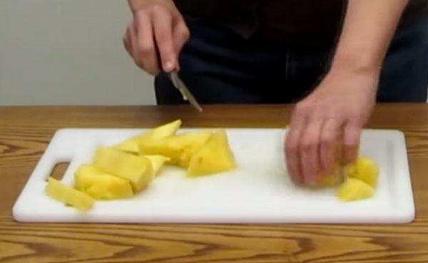 Мякоть ананаса нарезают кубиками