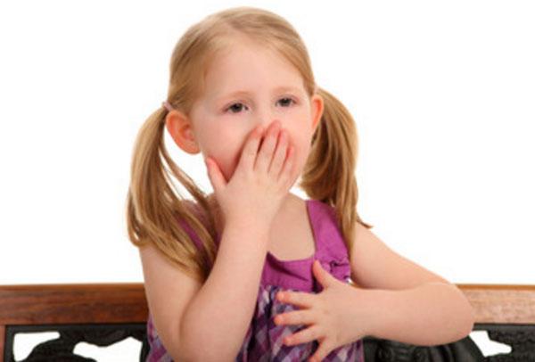Девочка одной рукой держится за сердце, а другой - за рот