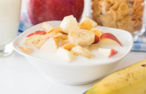 Готовый фруктовый салат из банана, яблока, груши, хлопьев и йогурта