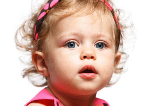 Девочка с приоткрытым ртом