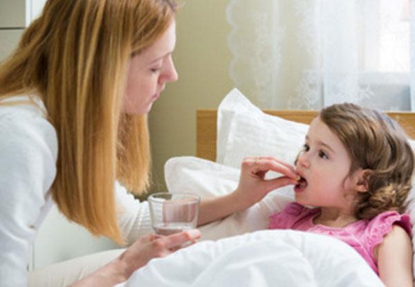 Мама дает девочке таблетку