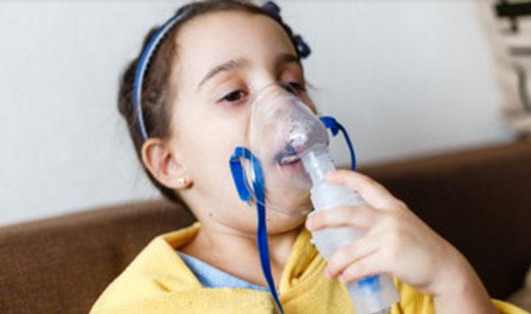 Девочка с кислородной маской