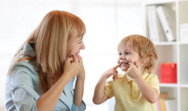 Ребенок общается с логопедом