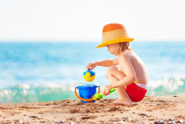Ребенок играет на берегу