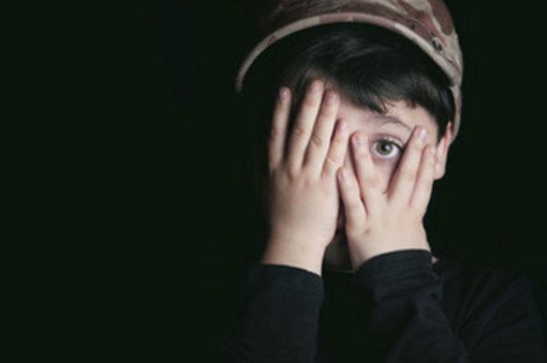 Мальчик боится, прикрывает лицо руками. Один глаз видно