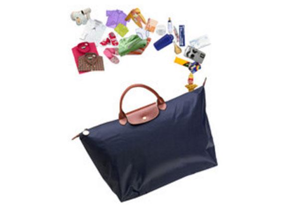 Женская сумочка, над которой вещи, необходимые для путешествия