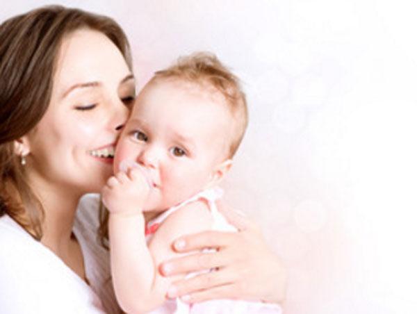Мама обнимает свою малышку