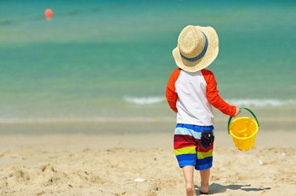 Мальчик гуляет по берегу моря