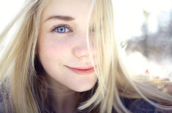 Улыбающаяся девочка - подросток