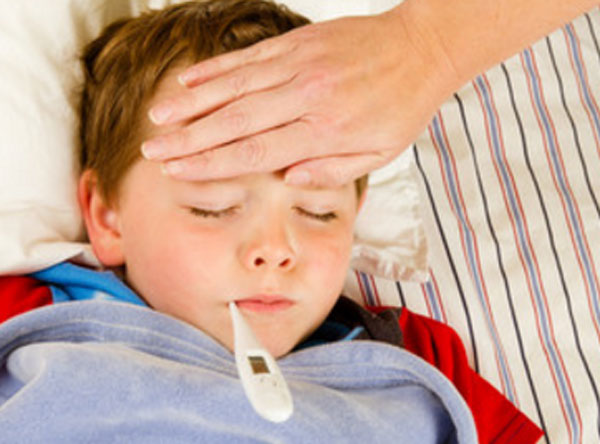 Мальчик с градусником во рту