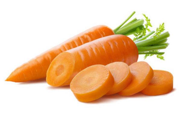 Две морковки. Одна из них нарезана на кусочки