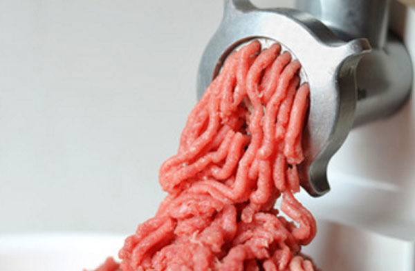 Перемалывание мяса на мясорубке