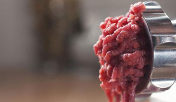 Перемалывание говядины на мясорубке