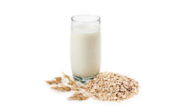 Овсяные хлопья и стакан молока