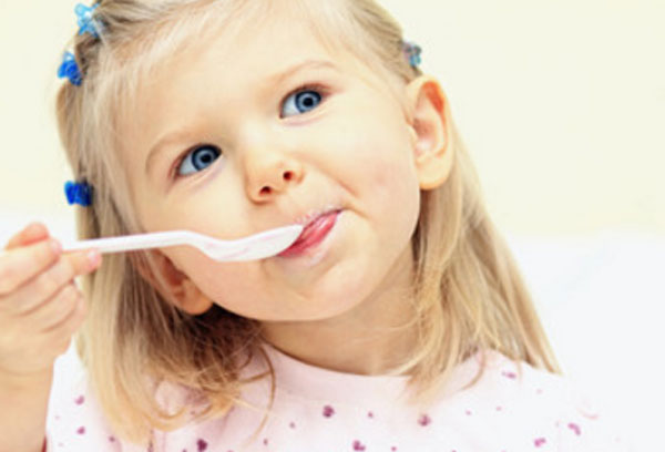 Девочка с ложкой во рту