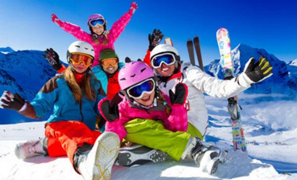 Счастливая семья на горнолыжном курорте