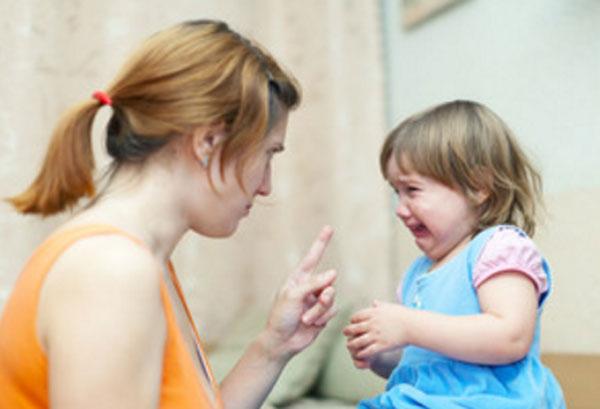 Мама сердито смотрит на дочку, которая плачет