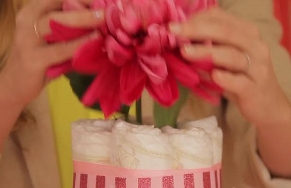 В верхушку торта вставляют цветок