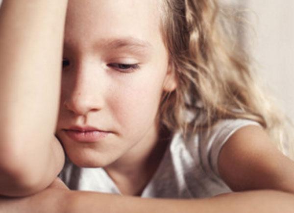 Грустная девочка смотрит в одну точку