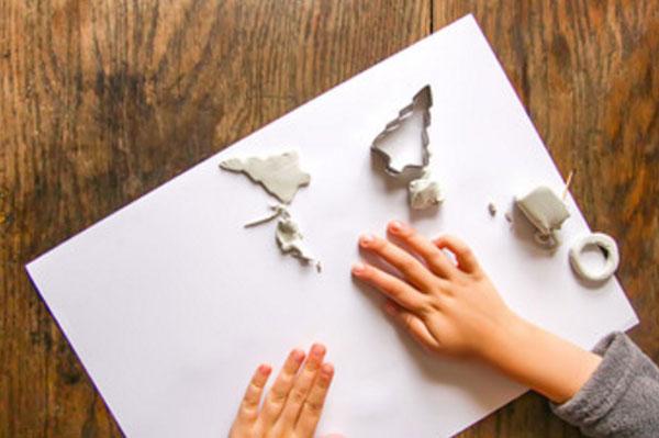 Лист бумаги, на которой лежат кусочки теста