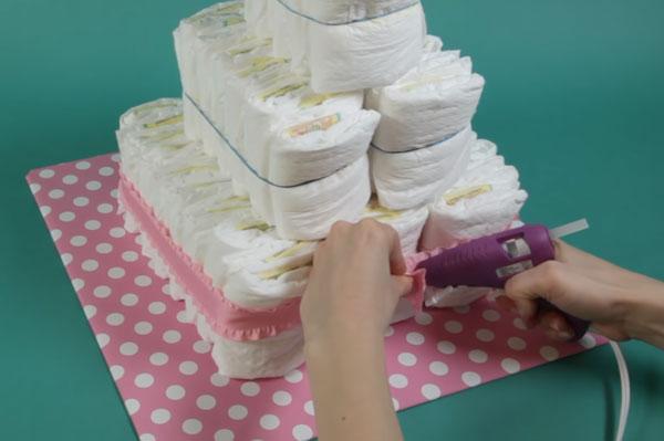 Первый этаж торта стягивают лентой