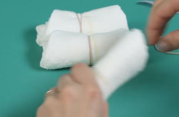 Рулоны подгузников стягивают резинками