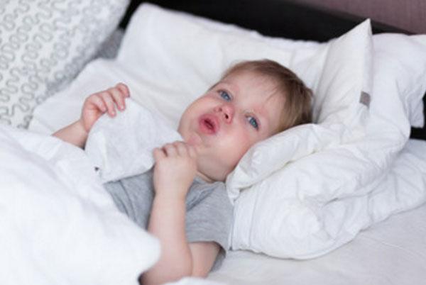 Больной мальчик в постели